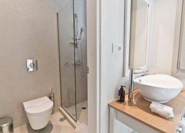 bathroom toilet sink mirror property bidet plumbing fixture towel public toilet rack