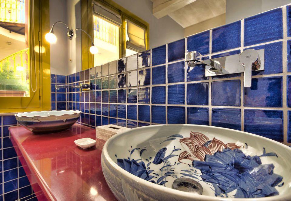 bathroom plate swimming pool blue flooring water basin porcelain