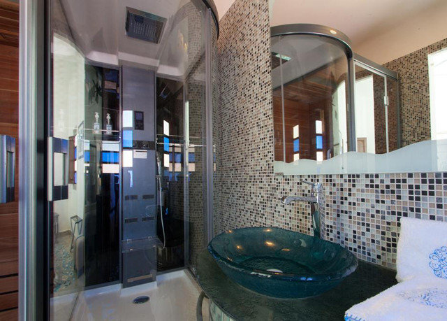 bathroom property home swimming pool condominium cottage mansion