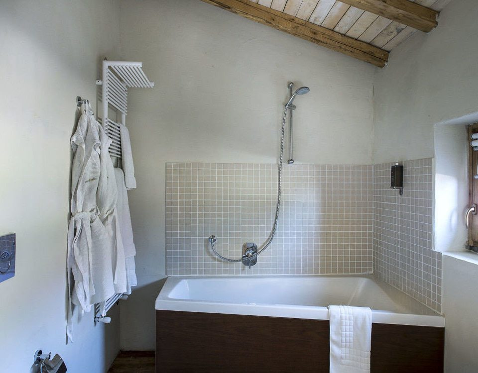 bathroom property house home cottage plumbing fixture rack tiled