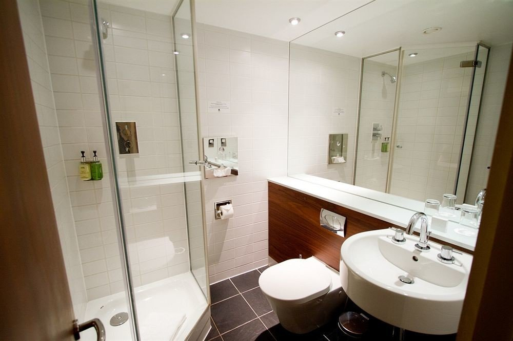 bathroom mirror sink toilet property home white cottage plumbing fixture rack tile