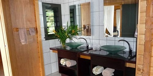 property cottage home bathroom tub