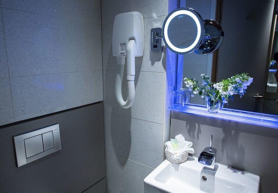bathroom home plumbing fixture counter kitchen appliance
