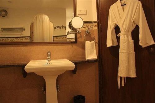 bathroom sink towel toilet