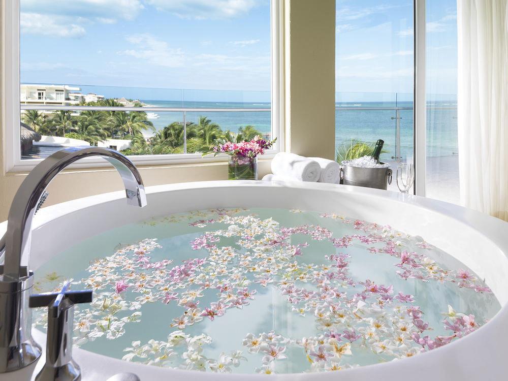 swimming pool bathtub jacuzzi bed sheet overlooking