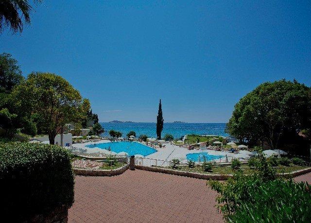 tree sky Sea Beach swimming pool Resort Ocean Coast arecales Lagoon tropics Island Villa caribbean plant shore Garden sandy