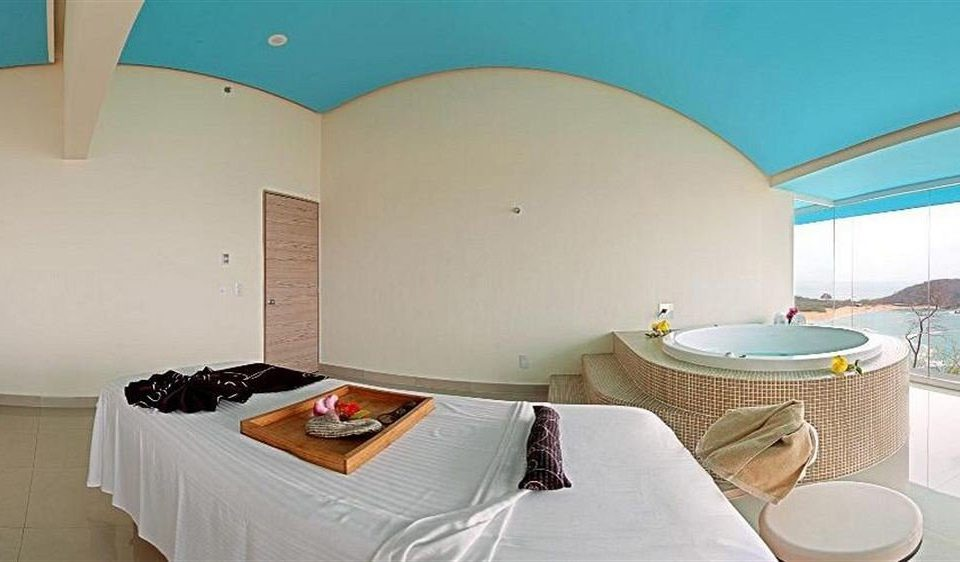 Beachfront Hot tub/Jacuzzi Modern Resort Spa Waterfront property Suite Villa cottage swimming pool jacuzzi Bedroom