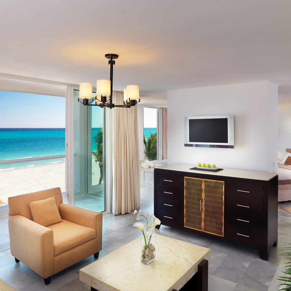 Beachfront Bedroom Scenic views Suite property living room home condominium Villa cottage flat Modern