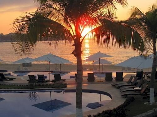 Beachfront Boutique Budget Lounge Pool Rustic Sunset Waterfront palm tree plant Resort swimming pool arecales lined day