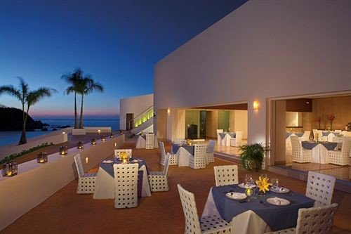 Beachfront Dining Drink Eat Exterior Modern Ocean Resort Scenic views Waterfront property chair Villa condominium Suite mansion