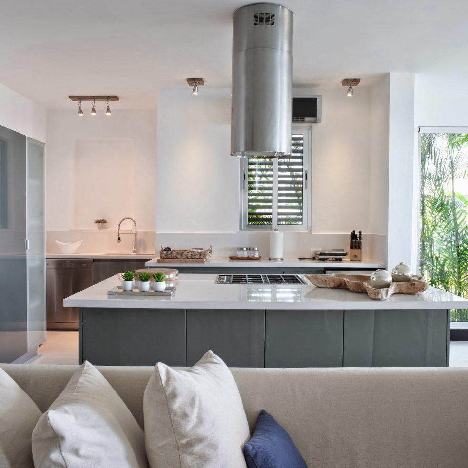 Beachfront Drink Kitchen Luxury Modern Suite sofa property home condominium living room cottage Villa