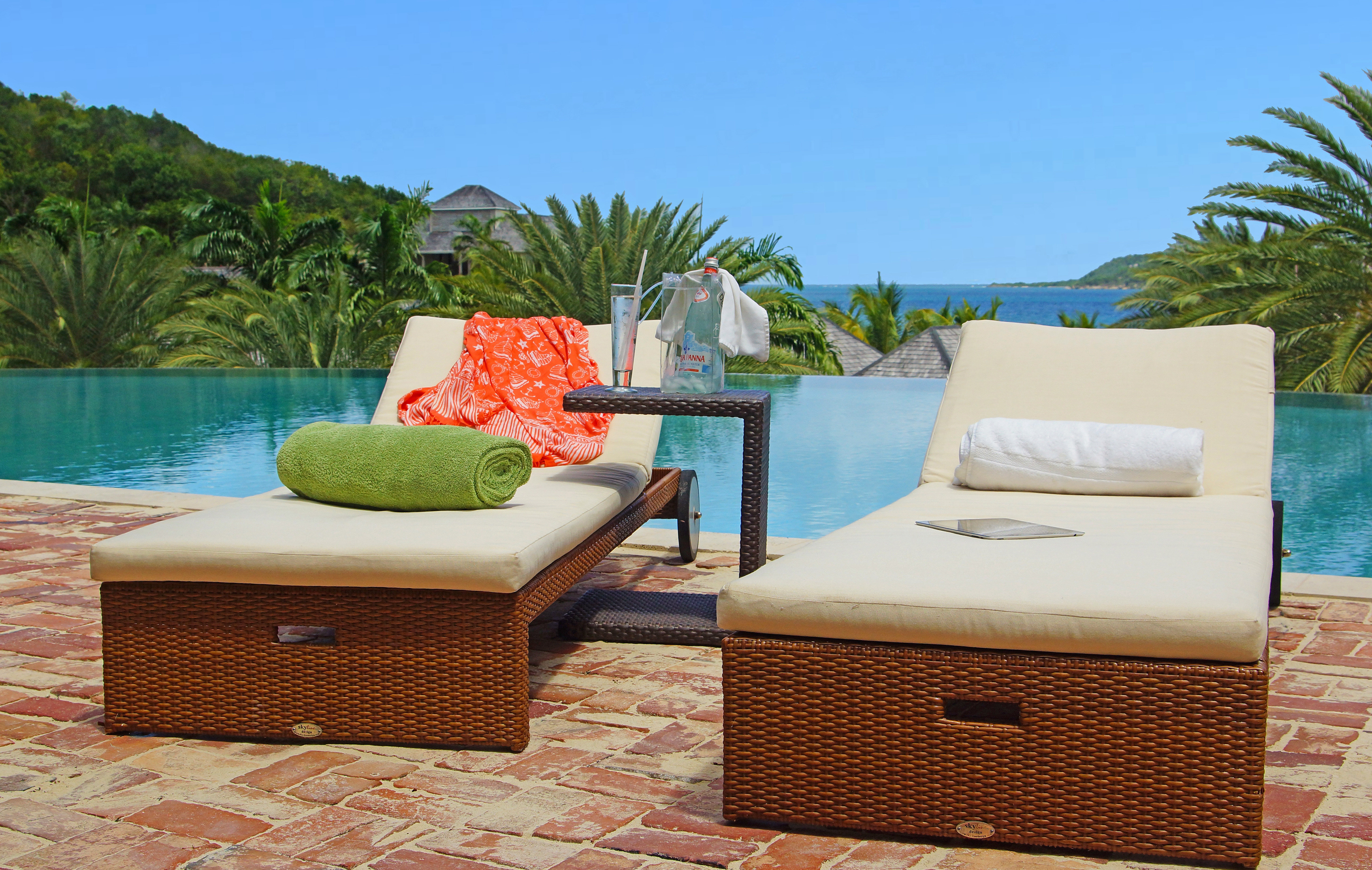 Beachfront Drink Lounge Play Pool Resort property swimming pool Villa living room cottage Suite