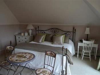 property cottage Bedroom bed frame dining table