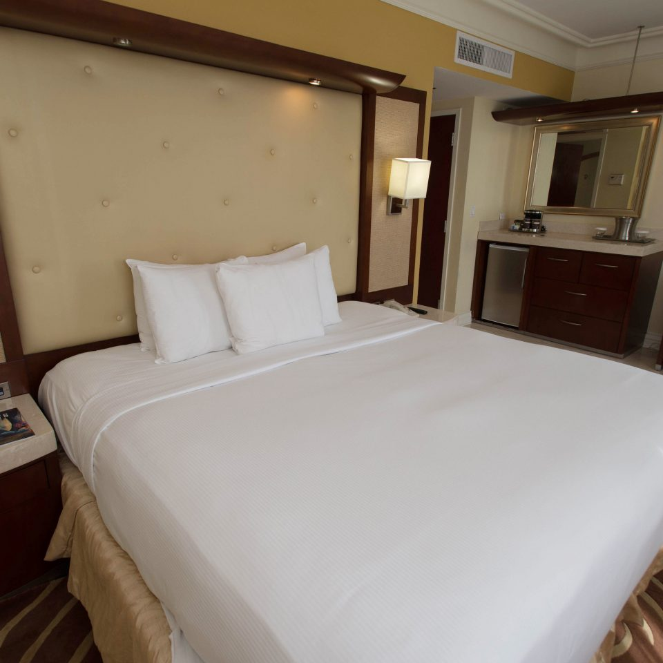 vehicle Boat passenger ship property ship Bedroom yacht watercraft cottage luxury yacht Cabin Suite