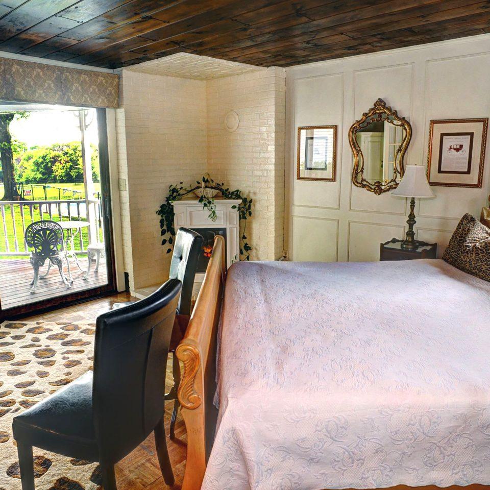 Bedroom Boutique Deck Fireplace Historic Inn property house home cottage living room mansion Villa Resort