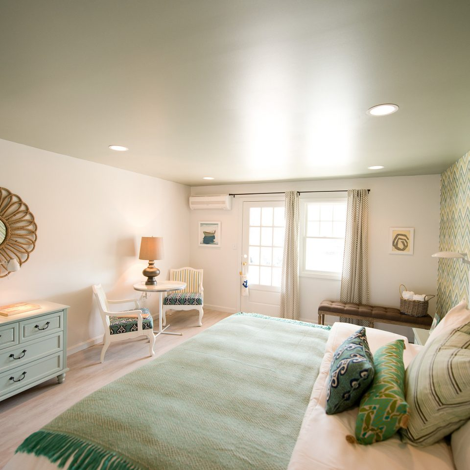 Bedroom Boutique Family Lodge Outdoors Waterfront green property living room home pillow Suite