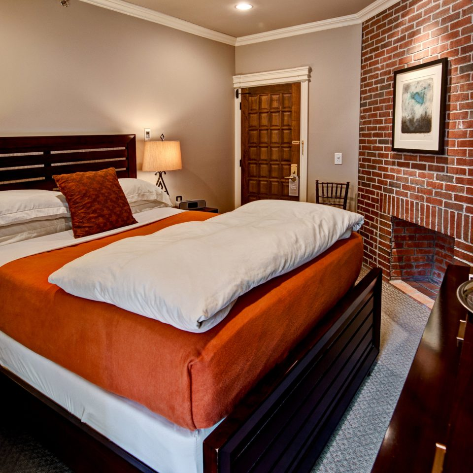 Bedroom Boutique Fireplace Historic Inn property Suite cottage