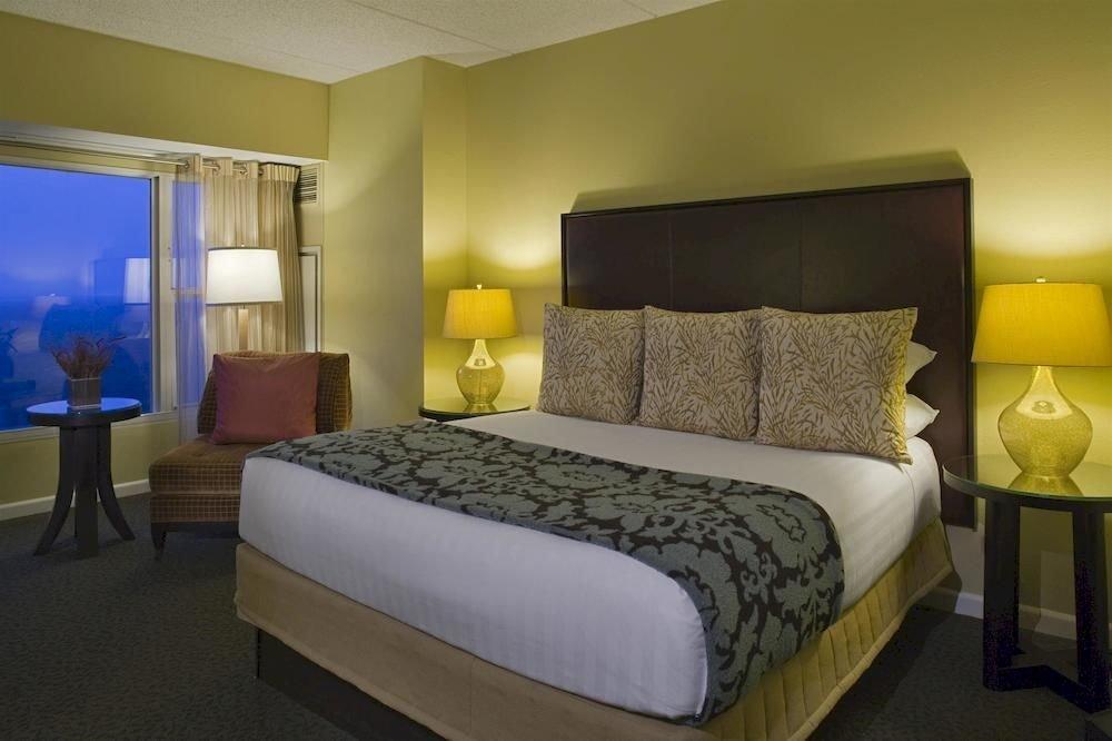 Bedroom Business Classic Golf Modern property Suite condominium lamp