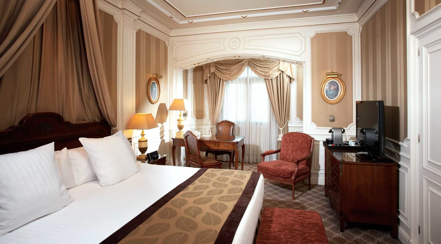 Bedroom City Classic Elegant Historic property Suite cottage white living room mansion