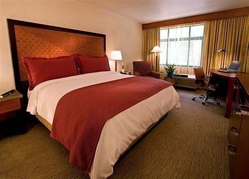 Bedroom City property desk Suite cottage bed sheet Inn