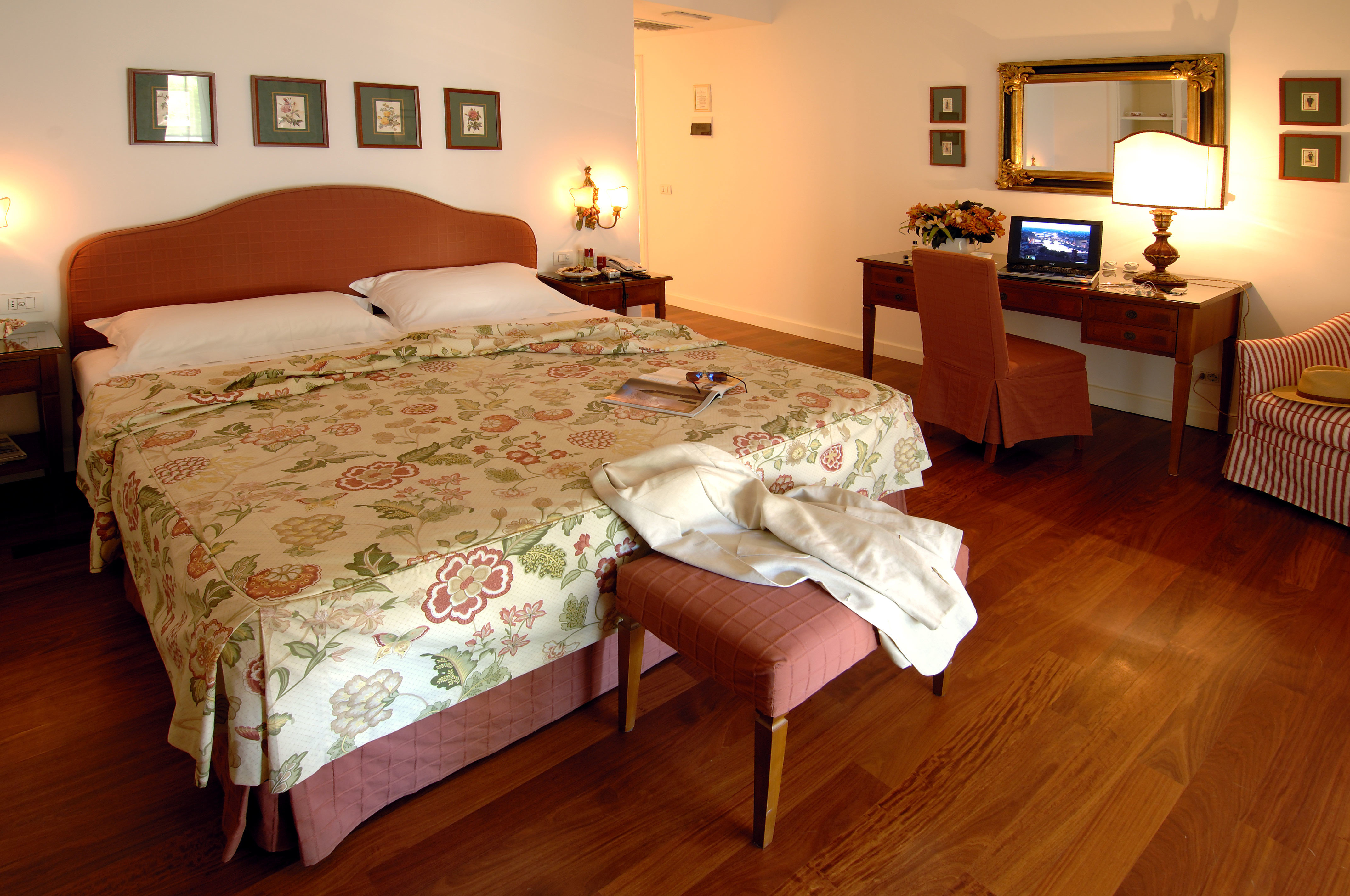 Bedroom Classic Country Dining Drink Eat Exterior Grounds Patio Pool Scenic views property Suite cottage hardwood bed sheet flat