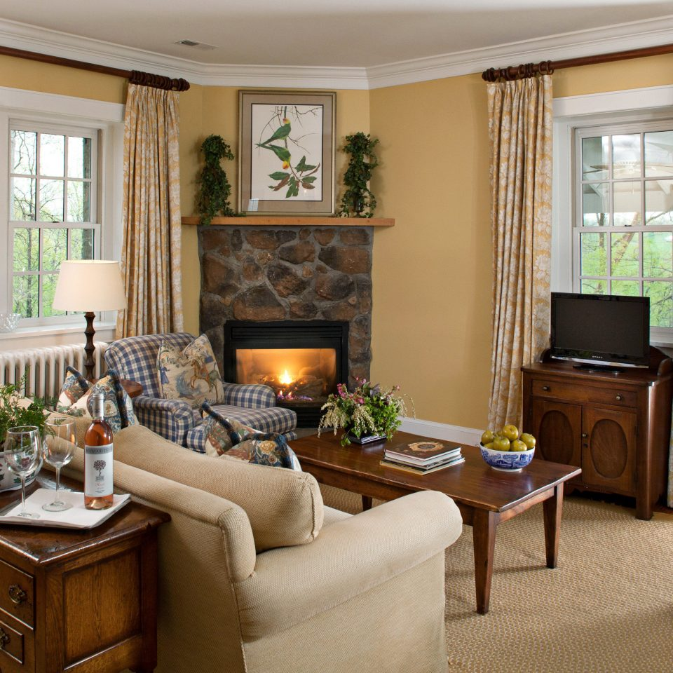 Bedroom Classic Country Fireplace Inn Suite property living room home cottage hardwood mansion condominium Villa farmhouse