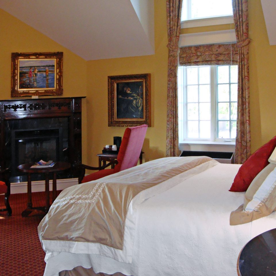 Bedroom Classic Fireplace Inn property cottage Suite home Villa