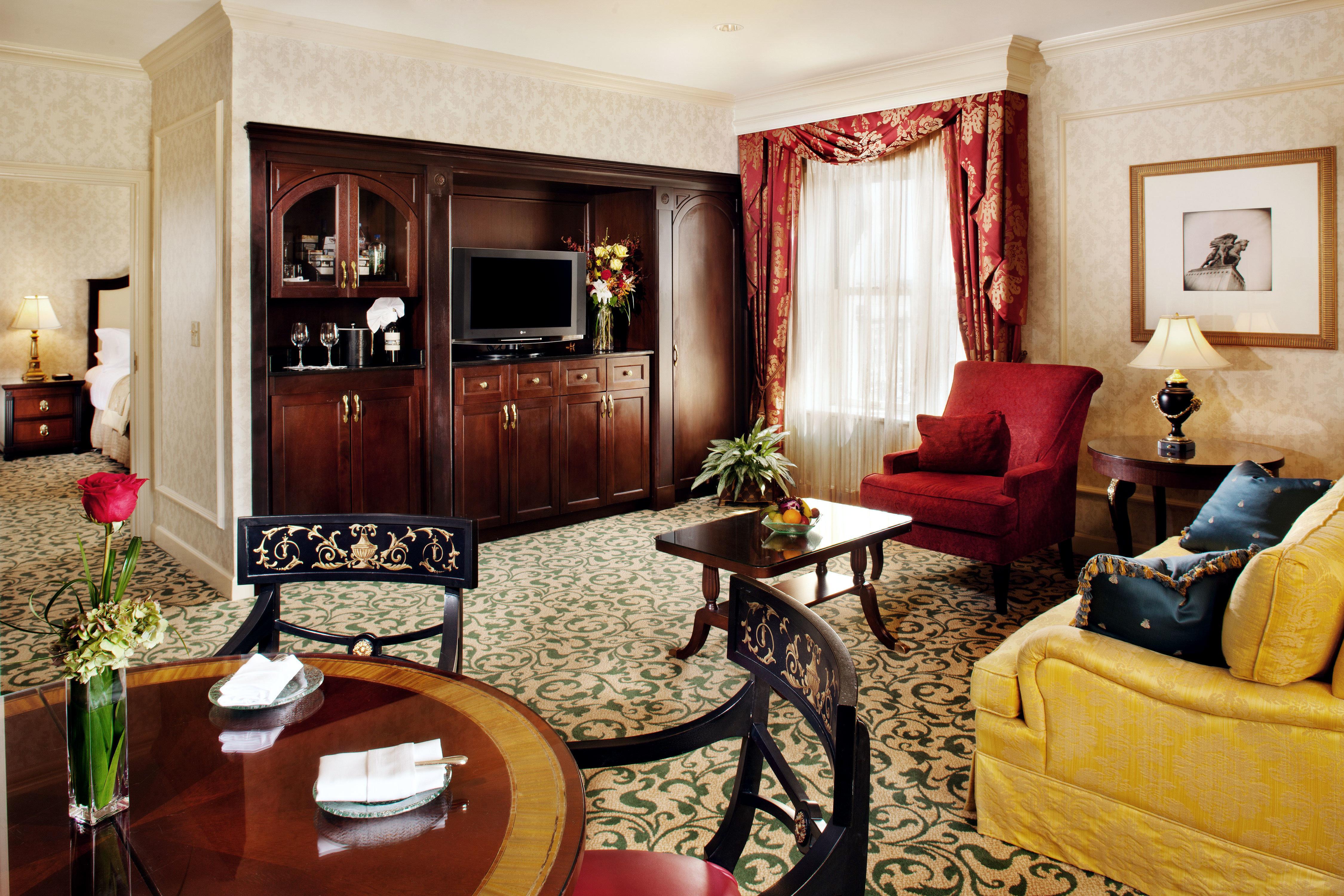 Bedroom Classic Resort property living room Suite home Fireplace cottage mansion