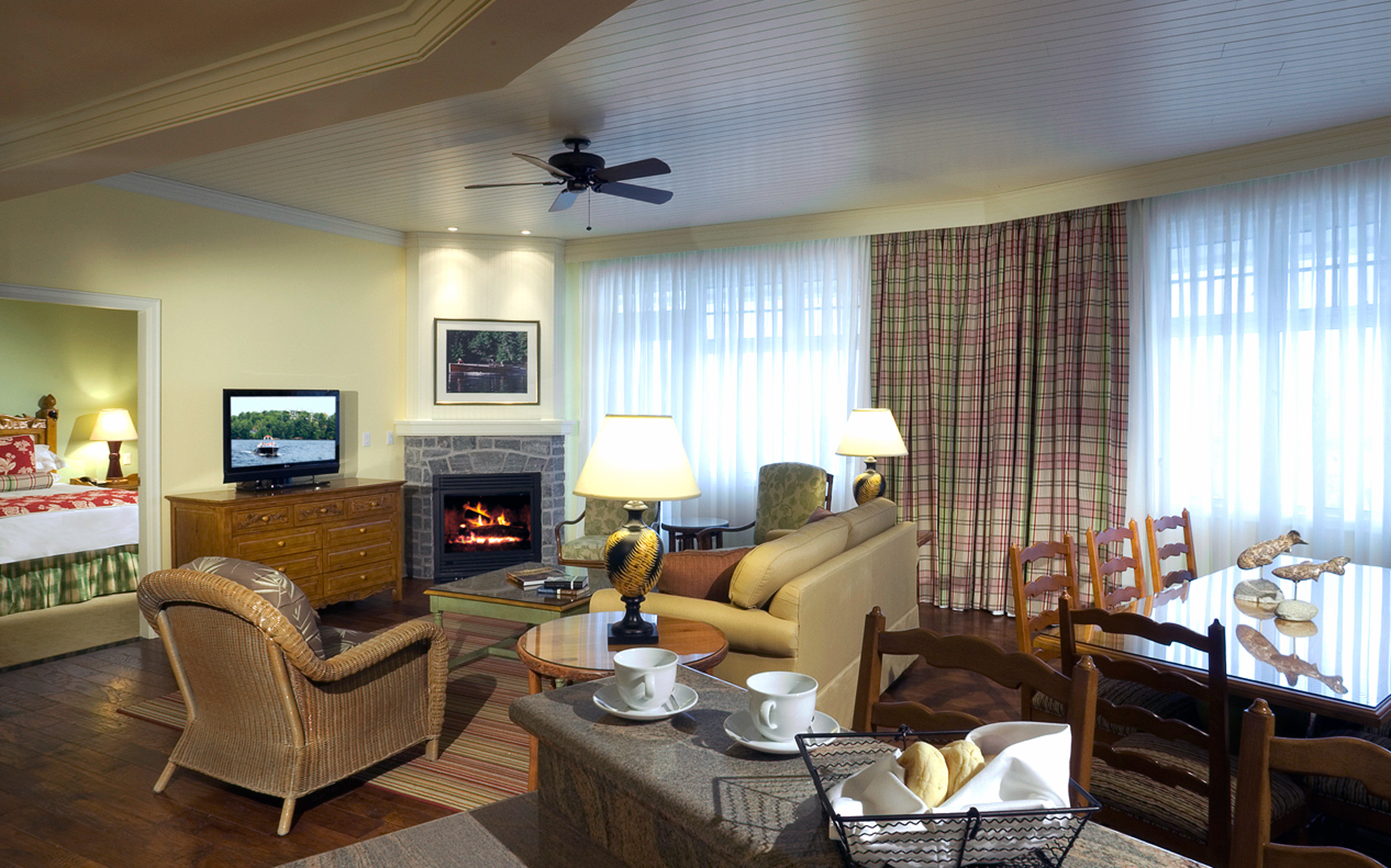 Bedroom Classic Fireplace Resort sofa property living room home condominium Suite cottage Villa flat leather