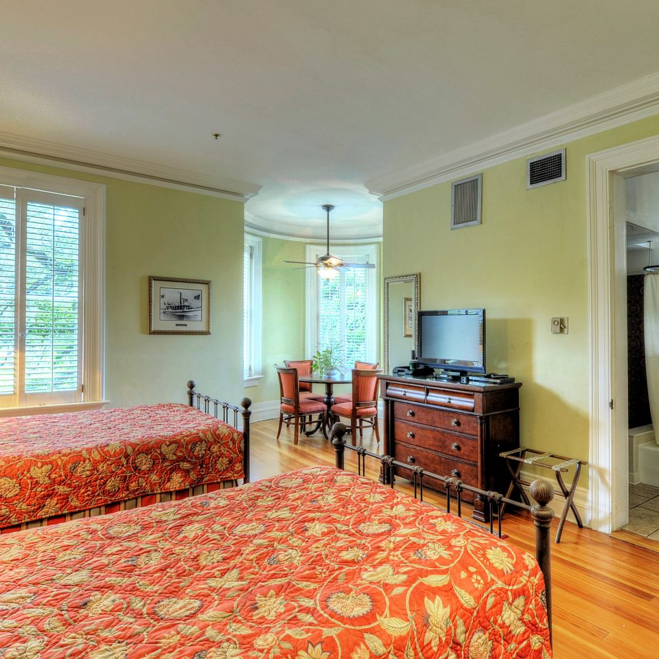 Bedroom Classic Historic property home cottage hardwood living room Suite condominium Villa farmhouse mansion rug