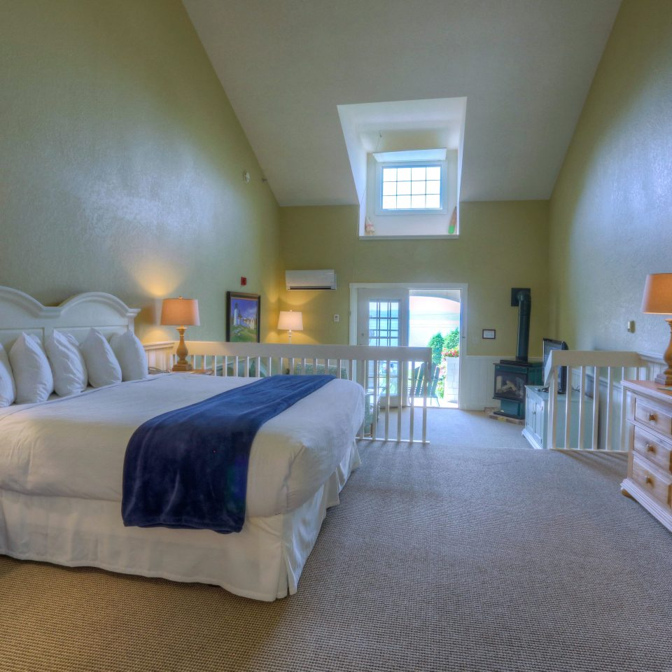Bedroom Classic Inn Resort Waterfront property cottage home Suite living room Villa lamp