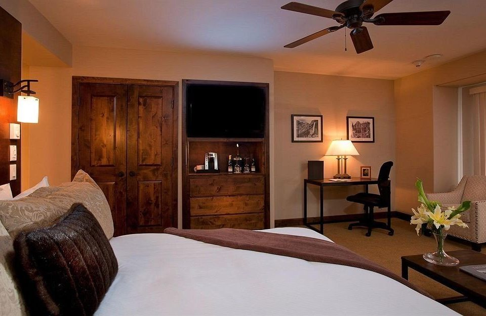 Bedroom Classic Resort property cottage home Suite hardwood farmhouse Villa living room Modern flat