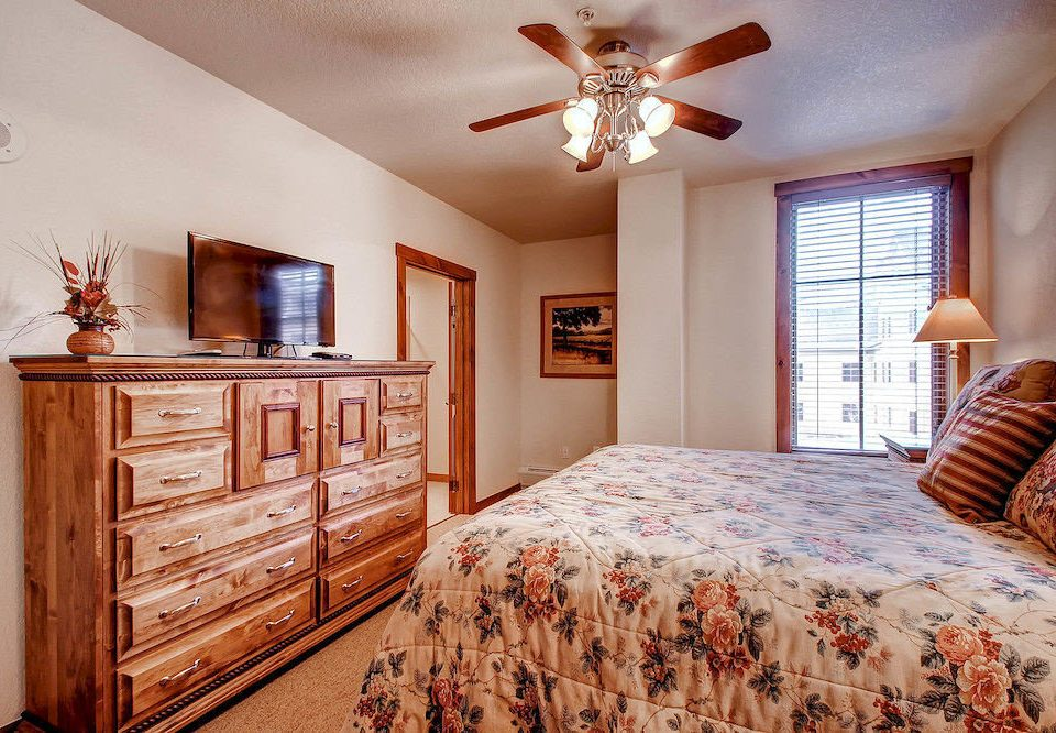 Bedroom Classic Resort property home hardwood cottage farmhouse living room