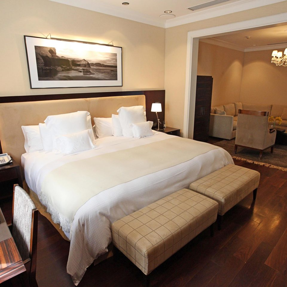 Bedroom Classic Resort property Suite hardwood cottage living room tan