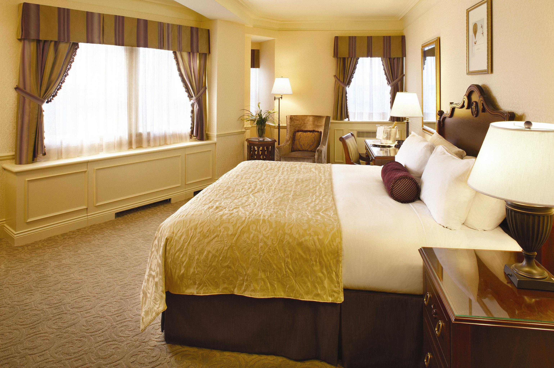 Bedroom Classic Resort property Suite home cottage living room bed sheet