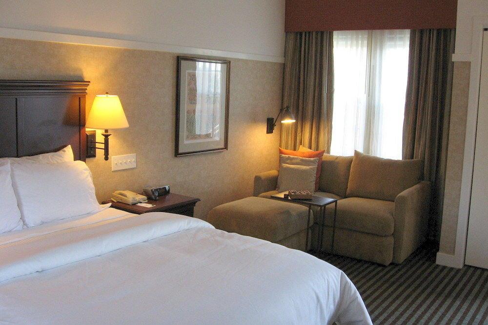 Bedroom Classic property Suite cottage pillow Villa condominium lamp