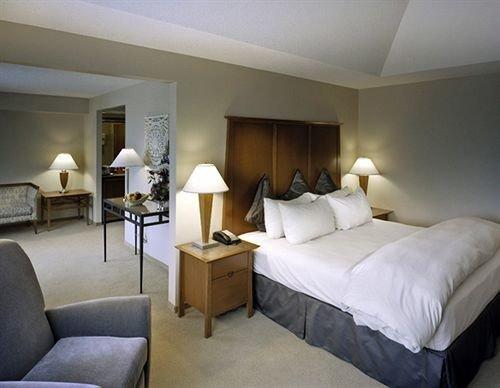 Bedroom Classic property desk Suite cottage condominium Villa lamp