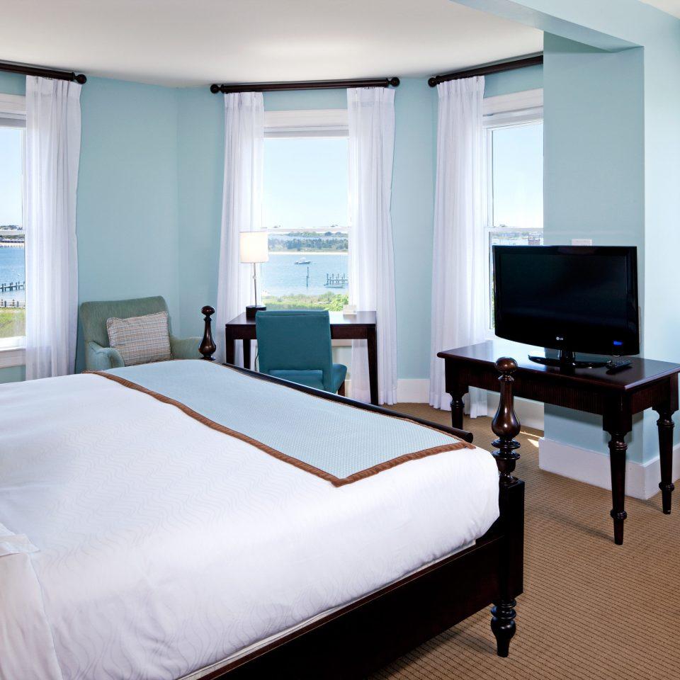 Bedroom Classic Waterfront property Suite condominium living room white home Villa cottage