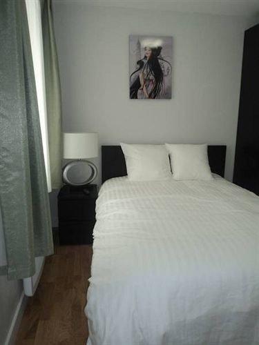 property white Bedroom cottage
