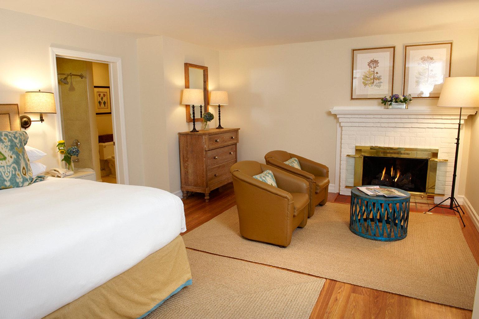 Bedroom Country Fireplace Inn property Suite cottage home hardwood Villa living room