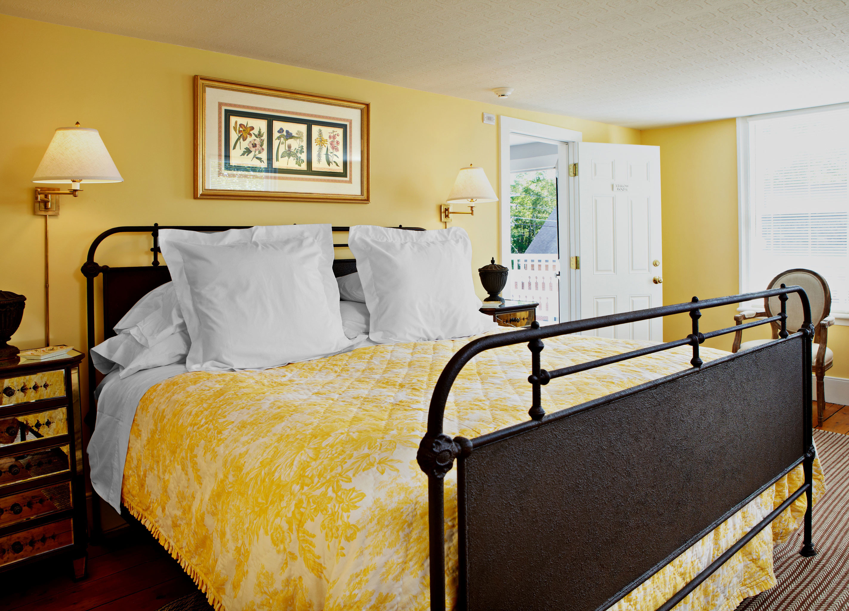 Bedroom Country Historic Inn property yellow Suite cottage home lamp