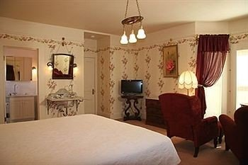 Bedroom Country Historic Rustic Suite property scene cottage