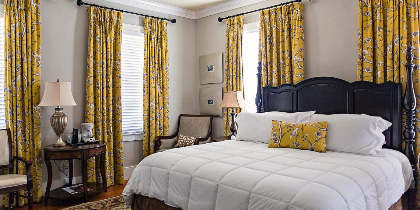 Bedroom Country Inn property scene curtain living room Suite home cottage textile bed sheet night containing