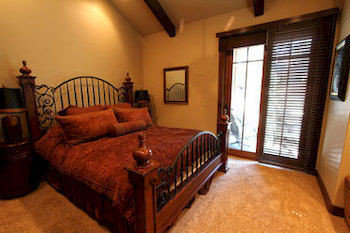 Bedroom Country Luxury Rustic Suite property cottage home hardwood Villa