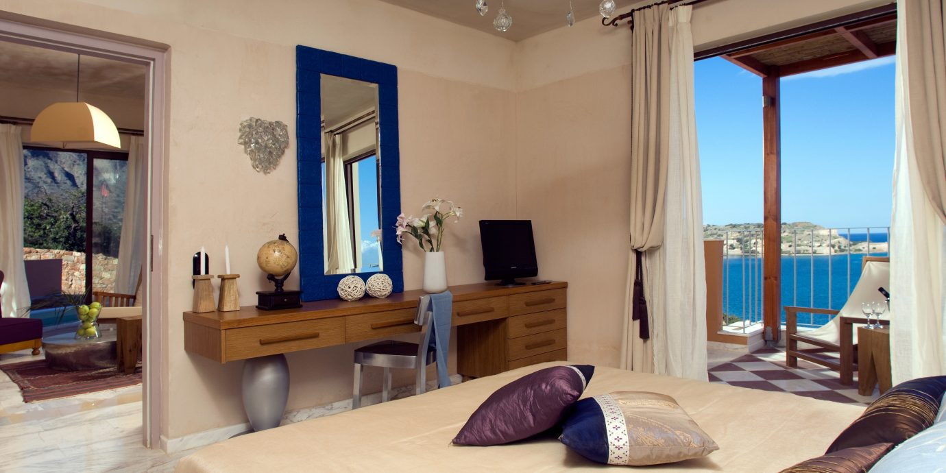 Bedroom Cultural Elegant Family Island Modern Scenic views Suite Waterfront property living room home Villa cottage Resort mansion