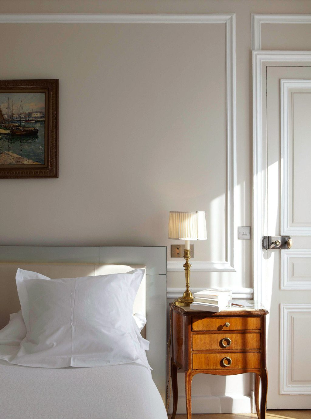 Bedroom Elegant Hip Lounge Luxury Modern Suite property pillow hardwood home living room cottage molding lamp