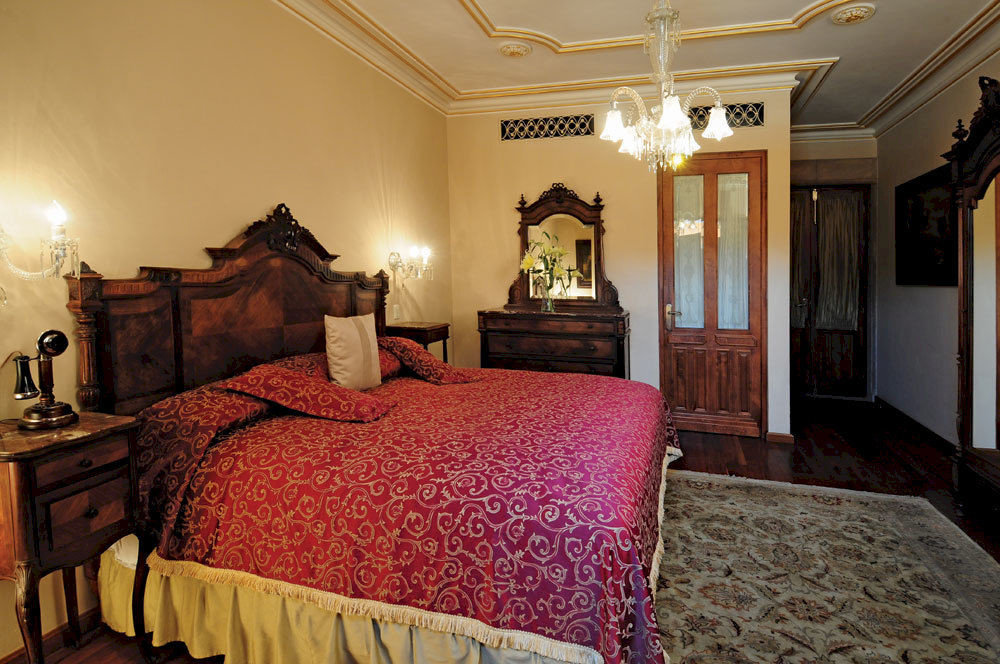 Bedroom Elegant Historic Luxury Romantic Suite property red cottage home bed sheet mansion containing