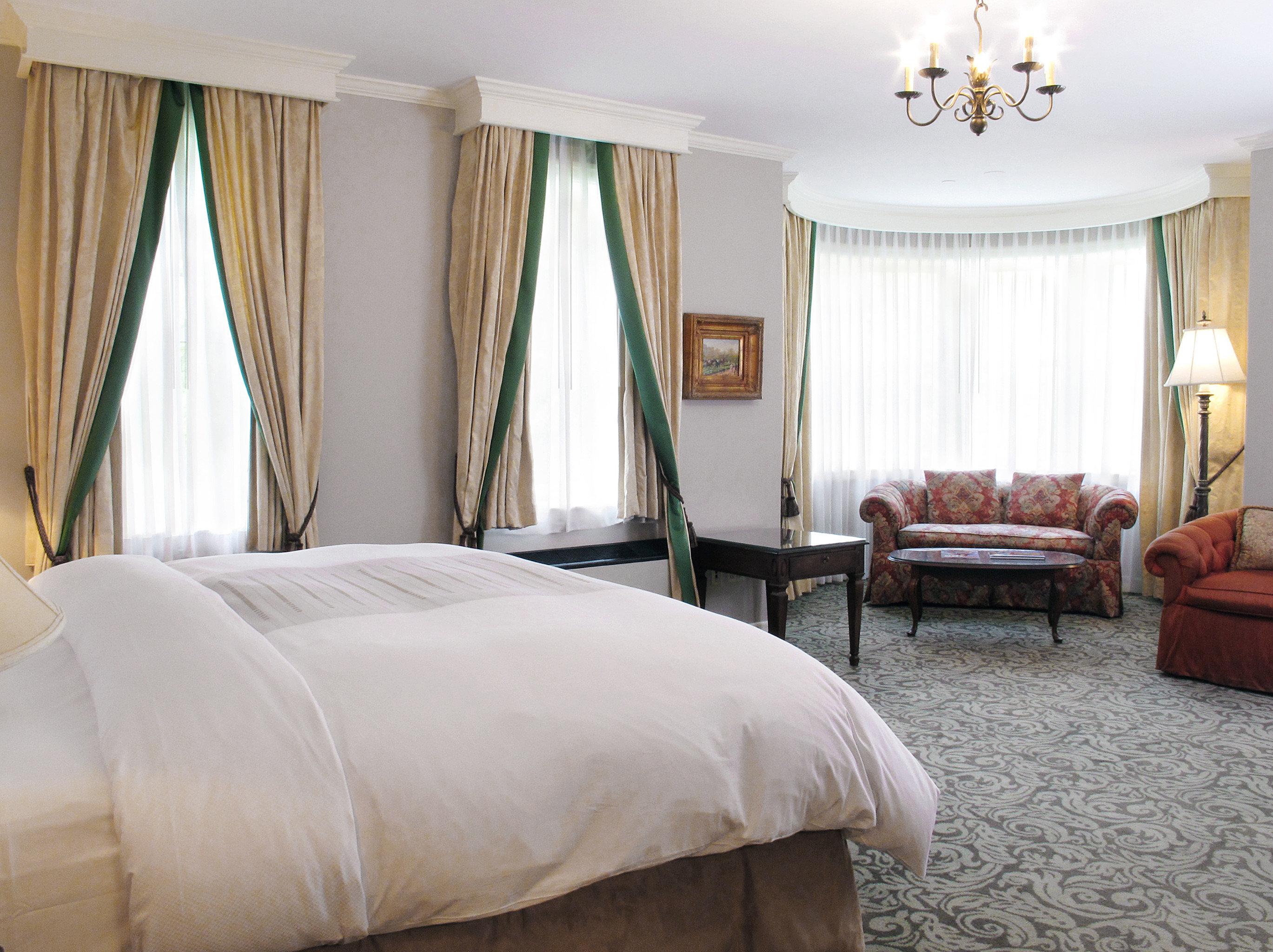 Bedroom Elegant Historic sofa property curtain Suite cottage pillow lamp