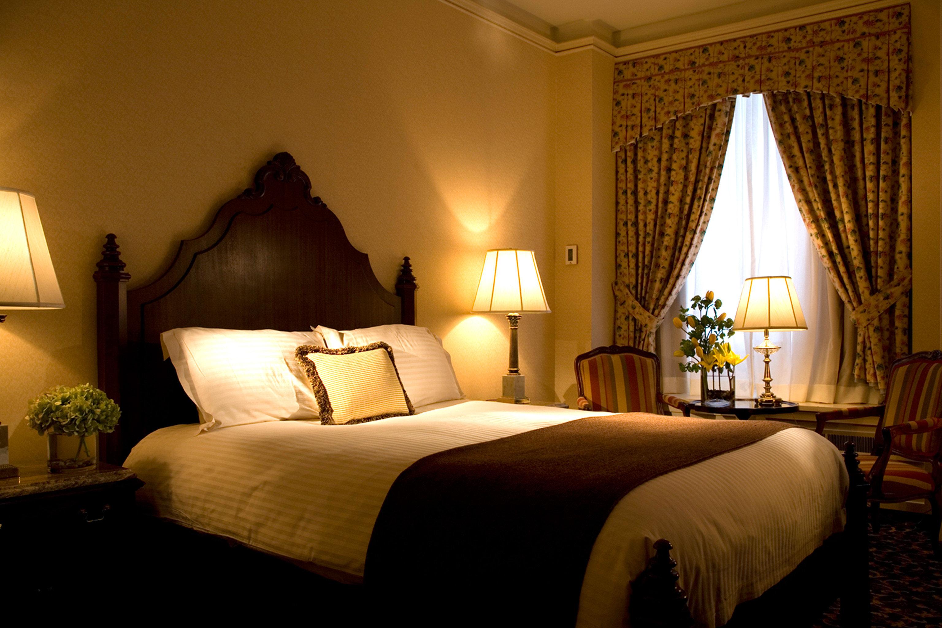 Bedroom Elegant Lounge Luxury Suite property cottage lamp night