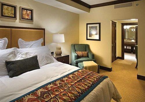 Bedroom Elegant Luxury Suite property cottage condominium living room